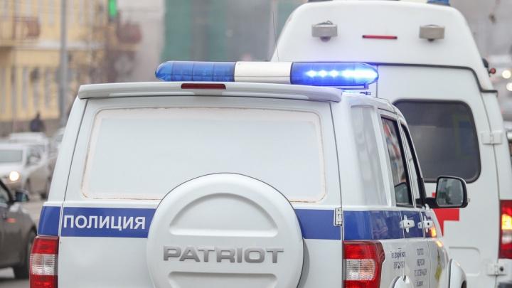 Мужчина напал с ножом на охранников супермаркета в центре Ростова. А потом пырнул себя в живот