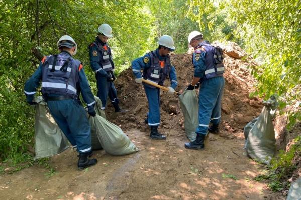 """Новосибирские спасатели работают в группах <nobr class=""""_"""">по 10–20 человек</nobr>. В частности, они работают над укреплением дамб"""