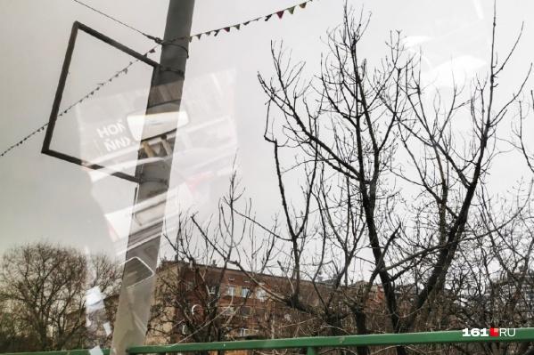 На мосту проспекта Стачки до февральской трагедии было много незаконных вывесок