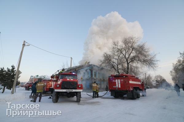 Пожарные тушат историческое здание на протяжении нескольких часов
