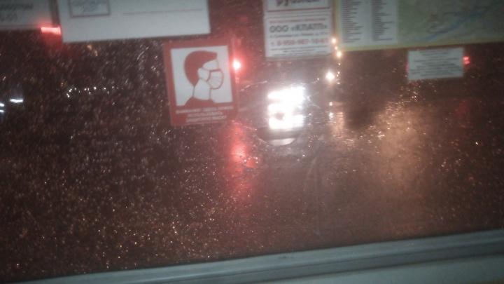 «Видели, как стреляли»: в Солнечном неизвестные разбили окно автобуса