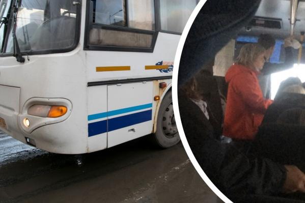 В автобусе за городом сфотографировали стоявших пассажиров