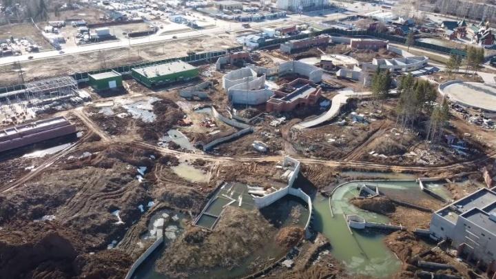 Территория затоплена, а у корпусов нет крыш. Стройплощадку нового зоопарка в Перми сняли с высоты на видео