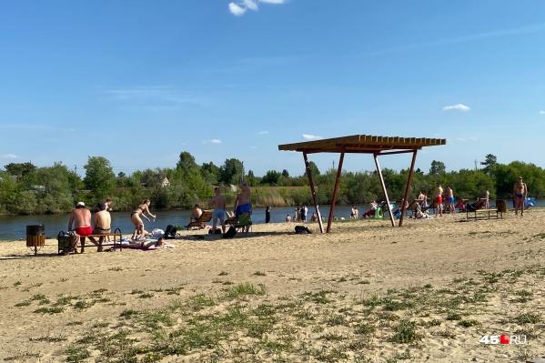 Благоустроенные в прошлом году «Бабьи пески» пользуются большим спросом у горожан в жару. Загвоздка в том, что купальный сезон пока не начался, идти в воду власти и спасатели не рекомендуют