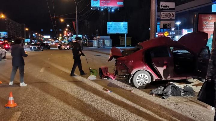 На Красном проспекте столкнулись «Тойота» и «КИА-Рио» — один из водителей погиб