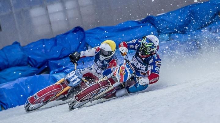 Улетел с трека на огромной скорости: уральский гонщик получил травму на ЧМ по мотогонкам на льду. Видео