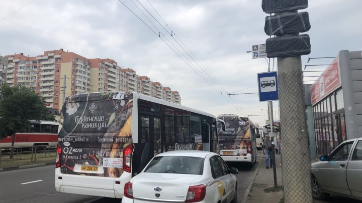 В Краснодаре вместо больших автобусов № 4 начали ездить маршрутки, потому что мэрия проиграла суд