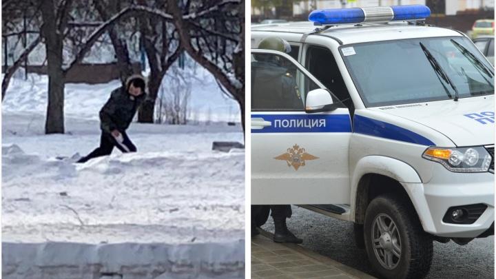 Порезал лицо кассиру: в Екатеринбурге мужчина с ножом ограбил павильон, где выдают микрозаймы