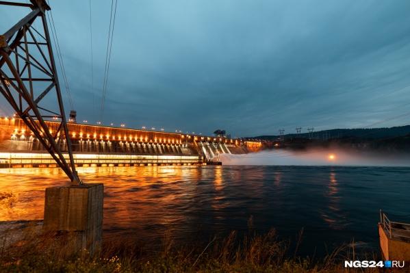 Сейчас на ГЭС открыто четыре затвора для сброса воды