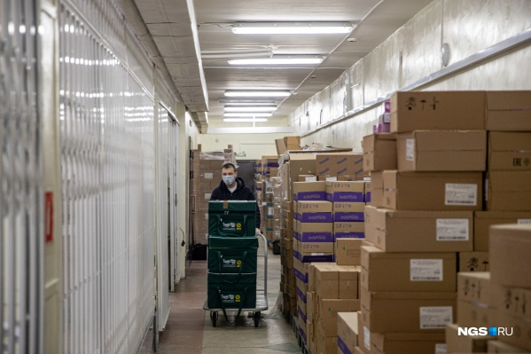 Сотрудники склада «Новосибоблфарма» выходят на работу и в выходные, и ночью, чтобы успеть распределить все поступающие в регион вакцины