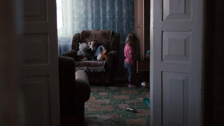 «Будущего здесь нет». История матери-одиночки из городка на краю области — она выживает на 7тысяч в месяц