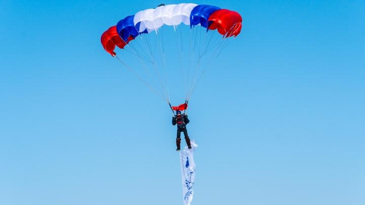 В парке Победы ко Дню защитника Отечества высадились парашютисты