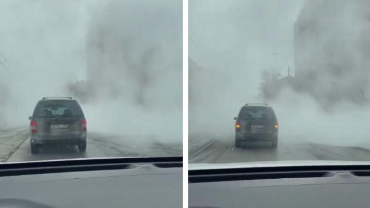 На Учительской в Новосибирске протянулось облако— видео с машинами, которые едут сквозь плотный пар
