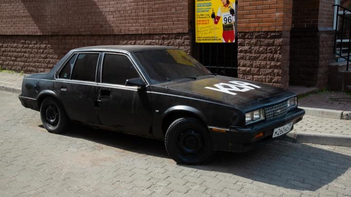 Власти Архангельска хотят убрать с Чумбаровки автомобиль — арт-объект, принадлежащий местному кафе