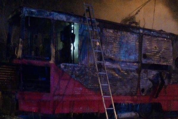 В 4 часа ночи пожарные еще тушили трамвай