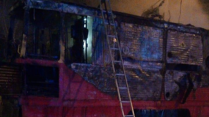 Ночью на Петухова выгорел трамвай— кадры с места происшествия