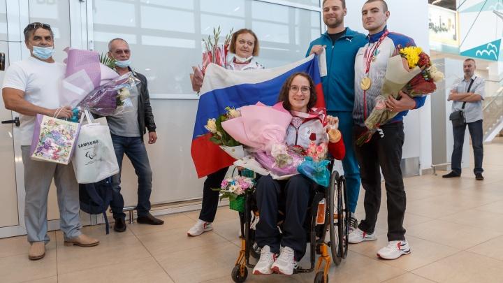 Волгоградских паралимпийцев после награждения у президента встретили цветами и шариками