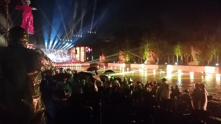 Люди пляшут под дождем и радуются: концерту на Мамаевом кургане не помешала даже непогода