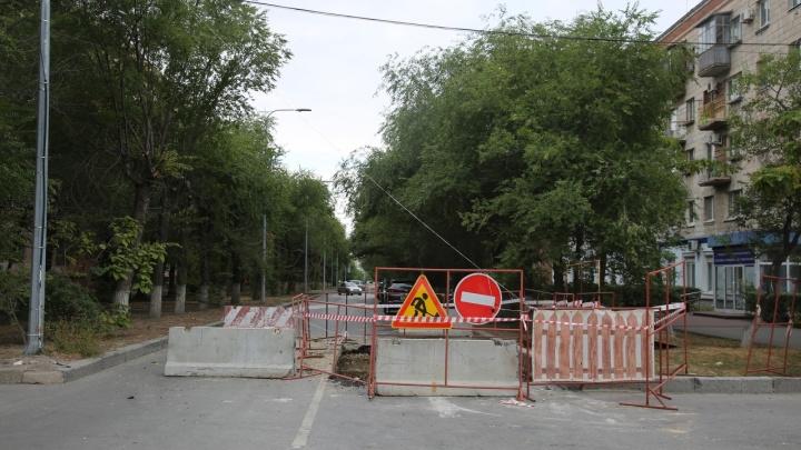 «До конца недели должны справиться»: в центре Волгограда снова перекопали улицу Советскую