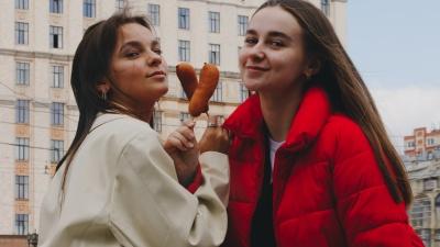 В Челябинске подорожали сосиски в тесте и беляши. Разбираемся, что происходит с уличной едой