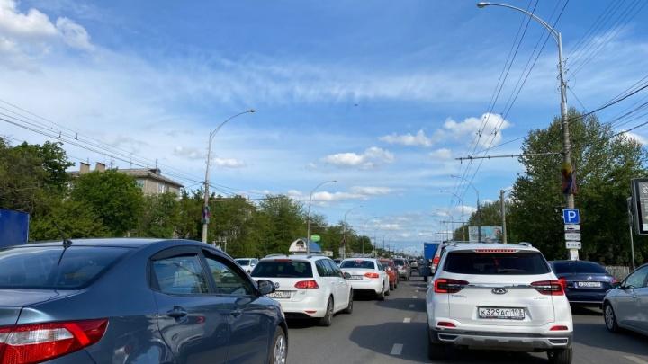 На въезде в Краснодар перед Тургеневским мостом образовалась 3-километровая пробка