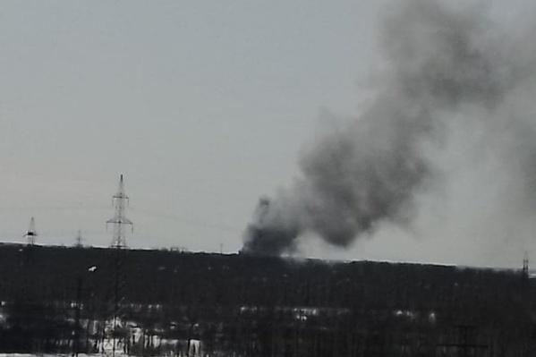 Столб черного дыма был виден издалека