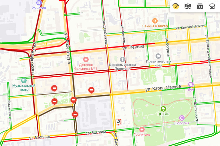 Между тем дорожное движение в районе митинга остановлено полностью