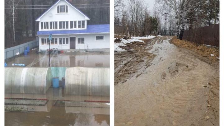 «Резиновые сапоги не помогают»: поселок в50километрах от Екатеринбурга залило водой