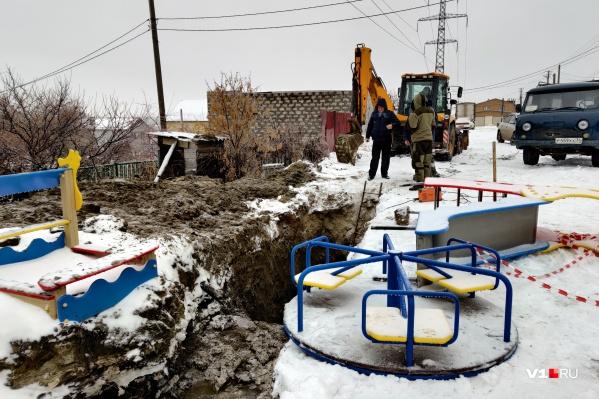По словам жителей, коммунальную траншею раскопали около полутора месяцев назад