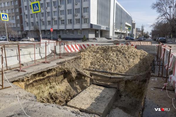Сейчас яма на пересечении улиц Академической и Социалистической осталась открытой