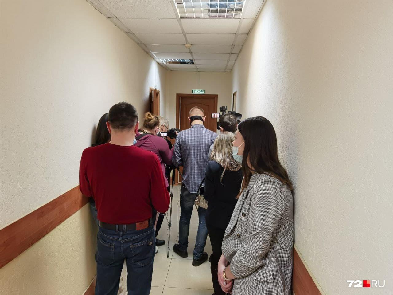 Перед входом в зал заседаний много журналистов. Раньше такого не было