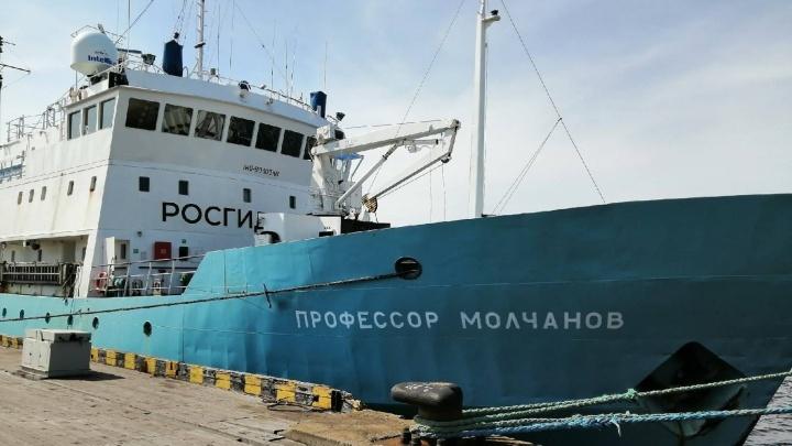 Сотрудники Северного УГМС обследуют на радиацию подлодку «Комсомолец», затонувшую больше 30 лет назад