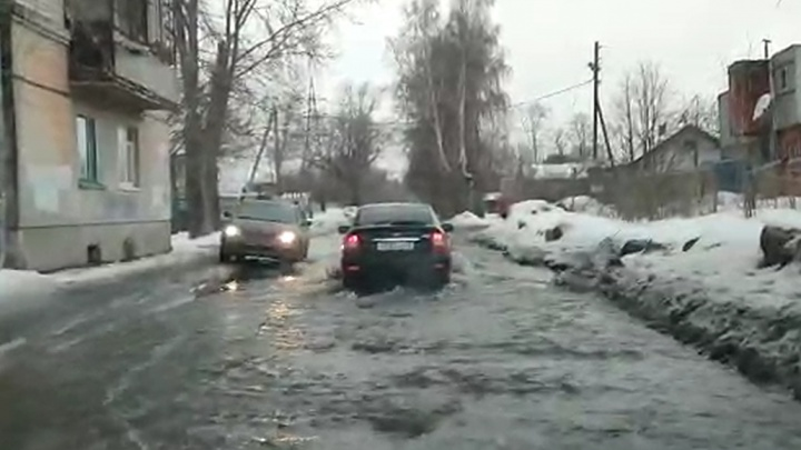 В Пионерском из-за прорыва трубы дорога превратилась в реку. Видео