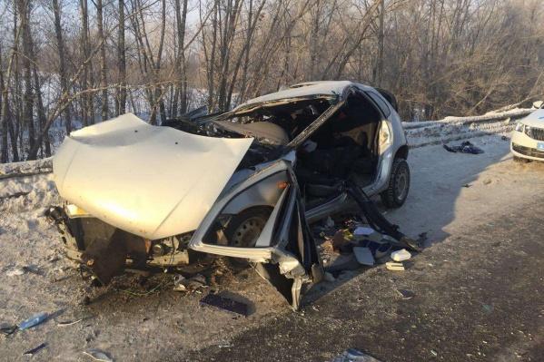 Судя по повреждениям, водителю легковушки сильно досталось