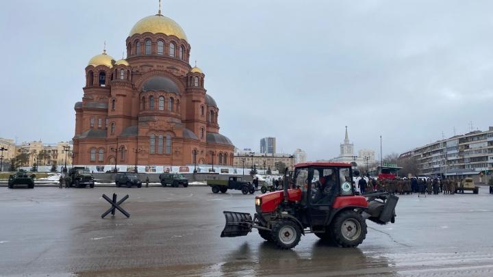 Не пускают ни машины, ни людей: в центре Волгограда проходит митинг победителей