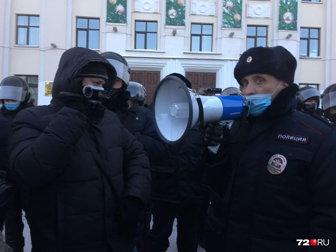 Полиция пытается убедить горожан мирно разойтись