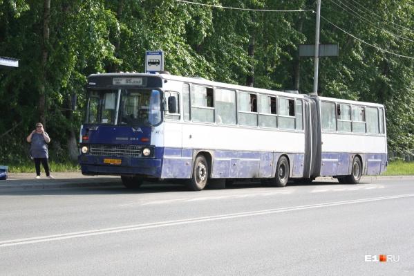 Бело-синие автобусы с гармошкой были закуплены для Екатеринбурга в конце девяностых