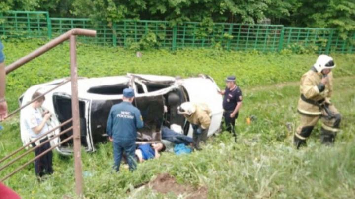 В Башкирии машина протаранила остановку. Есть пострадавшие