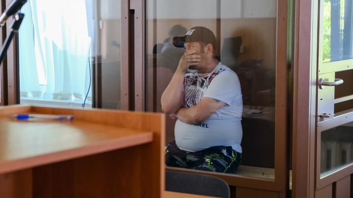 Обвиняемый в убийстве маленького пасынка в «Вишневой горке» разрыдался в суде. Что говорят о семье соседи