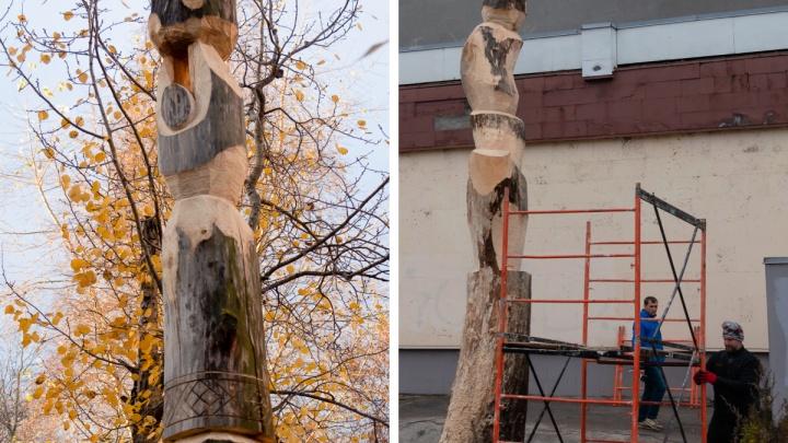 Из мертвых деревьев в центре Архангельска делают поморские скульптуры
