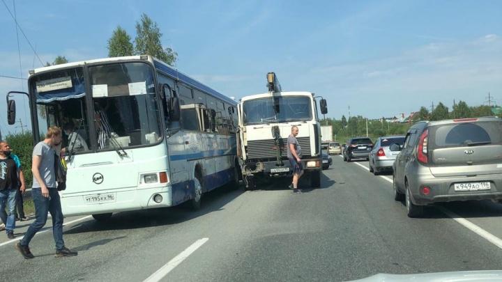 ЕКАД встал в многокилометровую пробку из-за ДТП с автобусом