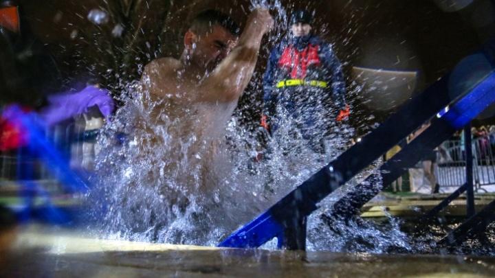 «Надевать маску и подходить в ней к купели — необходимо»: медик — о правилах купания в Крещение