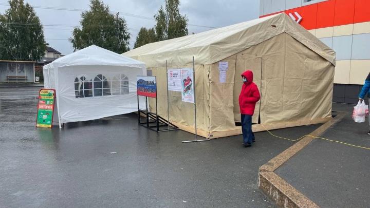 Полицейский в перчатках, члены комиссии — в шапках. Как тюменцы голосовать пришли в палатку (и замерзли)
