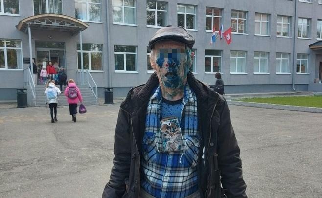 Ворвался на территорию школы и облил отца зеленкой. Пермячку два года преследует бывший сожитель