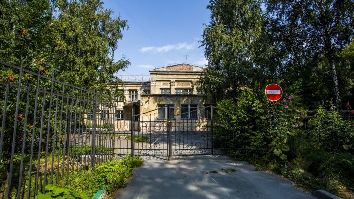 На месте снесенной школы с барельефами начнут строить новую — из бюджета выделили 130 млн рублей