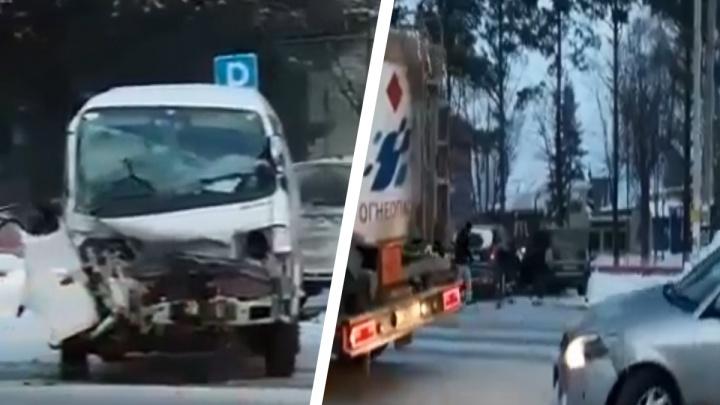 Тройное ДТП в Мочище: одного из водителей выкинуло через окно