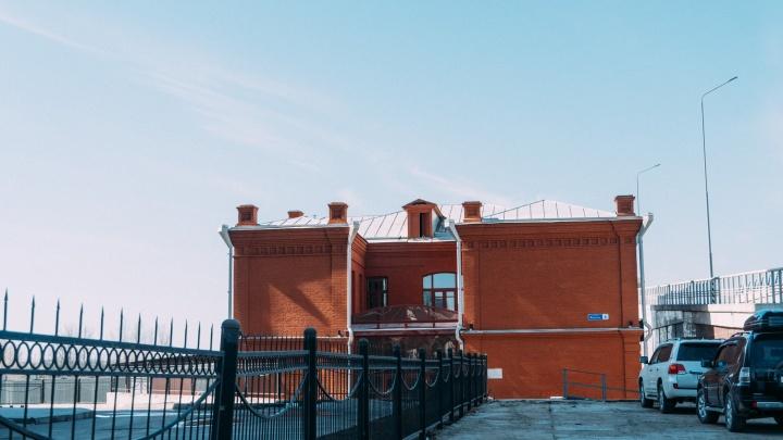 На Фрунзе отреставрировали здание-памятник. В нем будут сидеть охранники метромоста