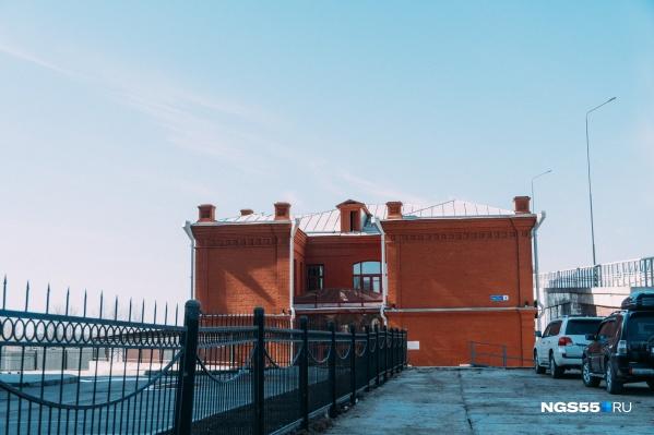 Скоро здание обнесут забором, а внутри введут пропускной режим