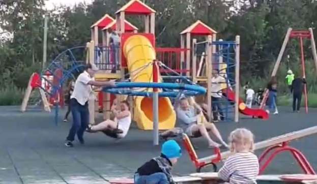 В Шарташском лесопарке взрослые ломают детские карусели. Видео
