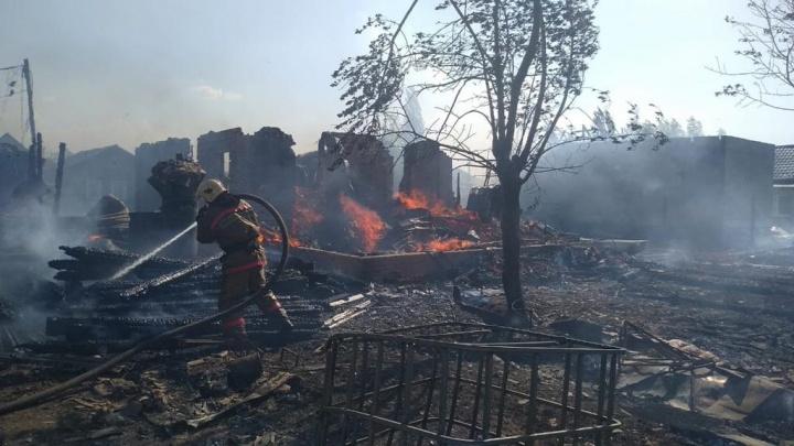 Пожар с тремя сгоревшими домами на Телевизионном заводе попал на видео